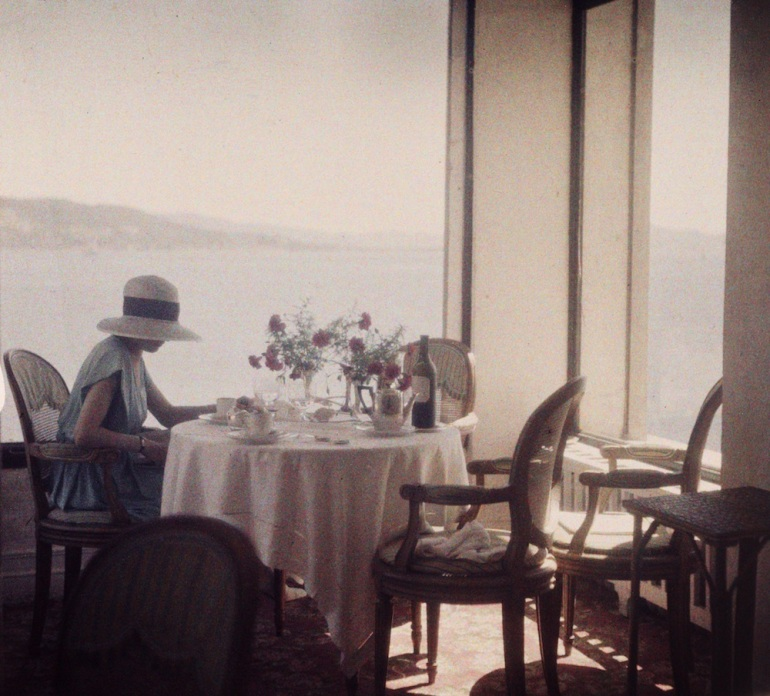(2) Press Image l Jacques Henri Lartigue l Bibi au restaurant d'Eden Roc. Cap d'Antibes, 1920